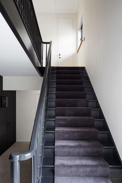 Trap, donkere kleuren, contrast, hal, entree, bovenverdieping, renovatie herenhuis, JUMA architects
