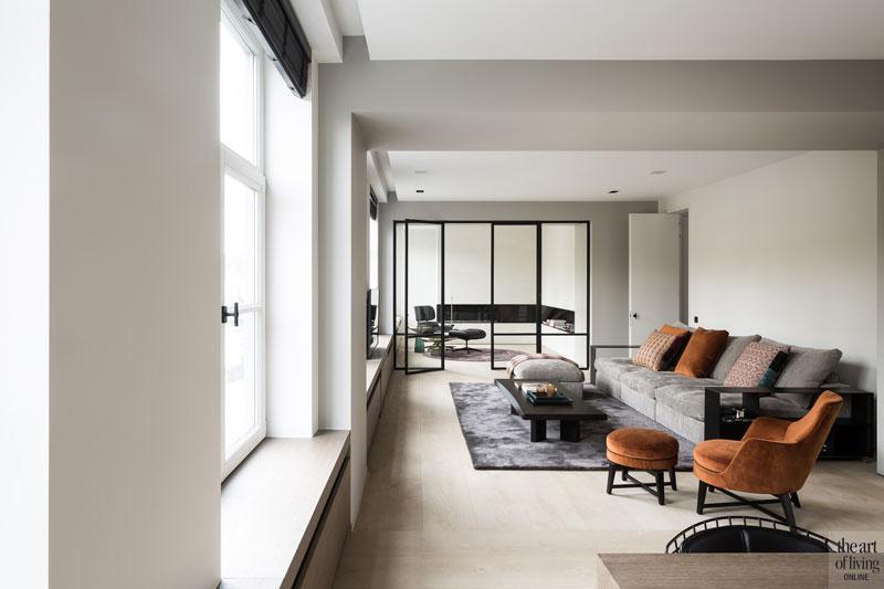 Woonkamer, eerste verdieping, zithoek, living, stalen deuren, Halsberghe, renovatie, herenhuis, JUMA architects