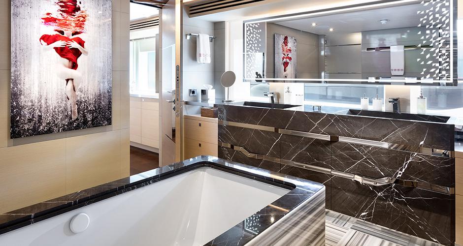 Stone Natural Class laat een exclusieve badkamer zien op een jacht