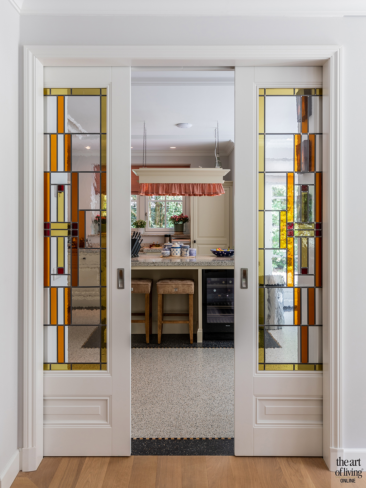Klassiek-Landelijke doorkijk keuken en woonkamer door Architectenbureau Atelier 3