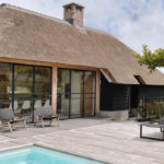 villa in boederijstijl, boederij, stalen deuren, stalen deur in villa, poolhouse, the art of living, wellness
