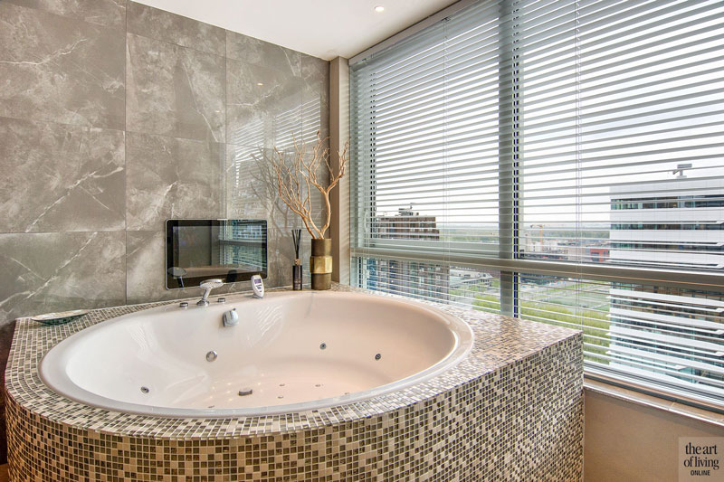 Badkamer, jacuzzi, whirlpool, bad, douche, kranen, Penthouse met exclusieve wellness, Cleopatra, The Art of Living