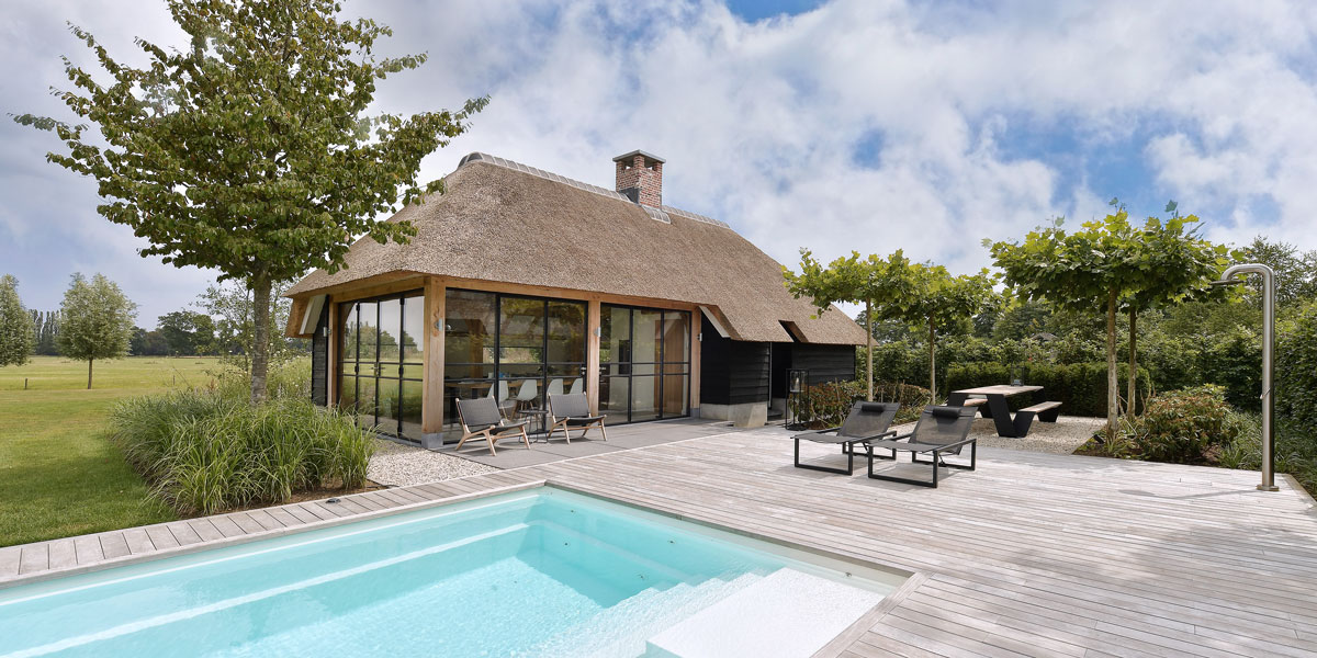 villa in boederijstijl, boederij, stalen deuren, stalen deur in villa, poolhouse, the art of living, wellness