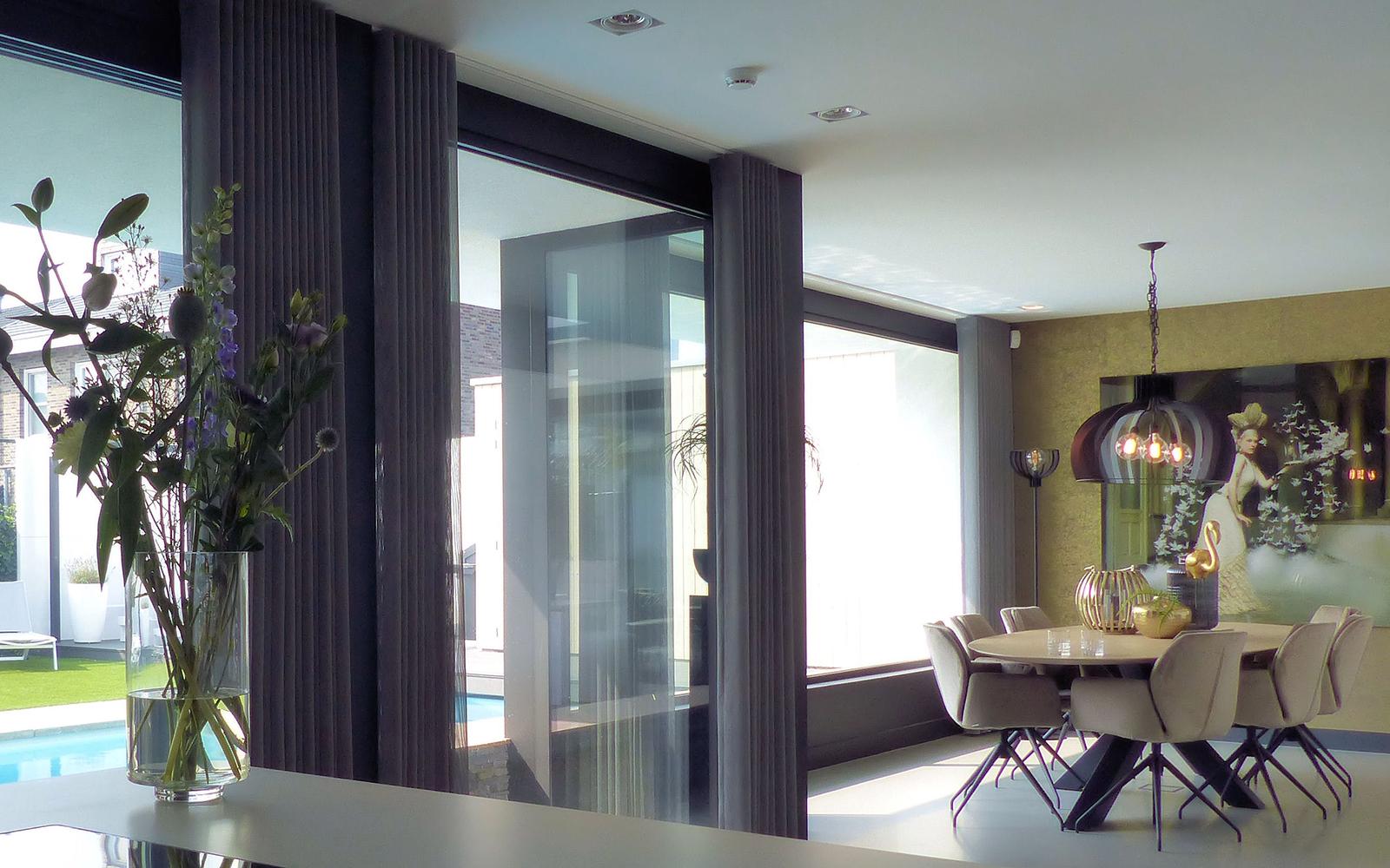 Bureau IN, Moderne Droomvilla, Eetkamer, Keuken, Verbinding, Eettafel, Gietvloer