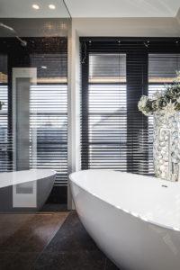Interieur design, Stijlvol, Linda Lagrand, Badkamer, Strak, Modern, Natuurlijke materialen, Wastafel, Spiegel, Design, VOLA, Bad, Badkamer, Shutters