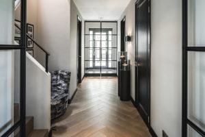 Interieur design, Linda Lagrand, Hal, Stalen deuren, Vide, Visgraatvloer, Verlichting, Strak, Modern