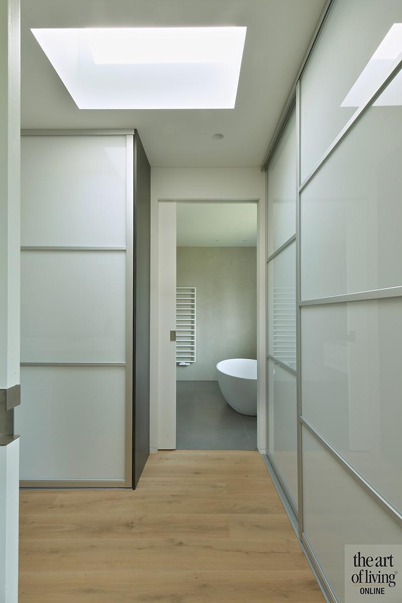 Strak modern exterieur, Maas Architecten, Badkamer, Strakke Badkamer, Moderne Badkamer, Vrijstaand bad, Wastafel, Desing lampen, Design Sanitair, Tegelvloer, Grijze tegels