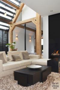 Landelijk wonen, Vermeer Architecten, Landelijk interieur, Modern interieur, Betonlook vloer, Gietvloer, Houten elementen, Vide, Design lamp, Woonkamer, Living, Lounge