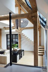 Landelijk wonen, Vermeer Architecten, Landelijk interieur, Modern interieur, Betonlook vloer, Gietvloer, Houten elementen, Vide, Design lamp