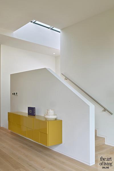 Strak modern exterieur, Maas Architecten, Trap, Overloop, Dakraam, Lichtinval, Woonkamer, Eetkamer, Strakke keuken, Houten vloer, Lichtarmaturen, Designlampen