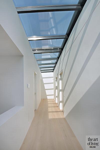 Strak modern exterieur, Maas Architecten, Trap, Dakraam, Lichtinval, Overloop