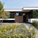 Strak modern exterieur, Maas Architecten, Voordeur, Entree, Architectuur, Villa, Strakke villa, Stadsvilla, Bostuin