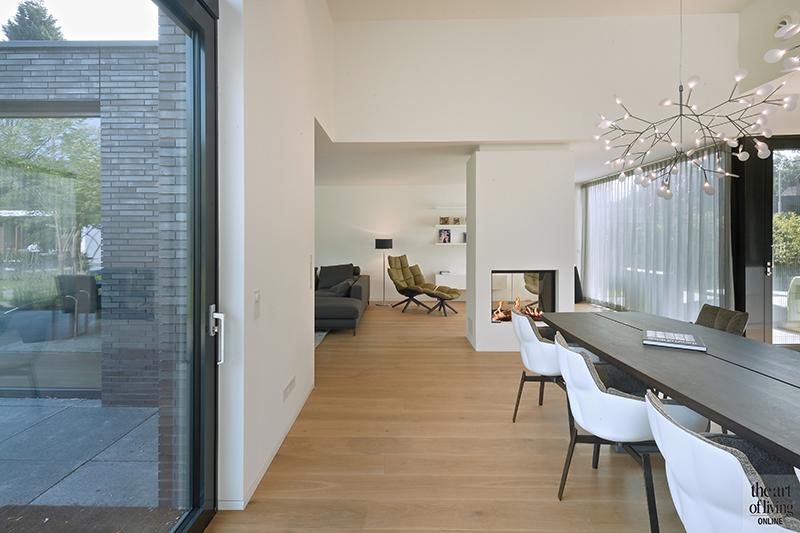 Strak modern exterieur, Maas Architecten, Gashaard, Roomdivider, Eetkamer, Livingroom, Modern interieur, Houten vloer, Industrieel interieur, Designlampen, Lichtarmaturen