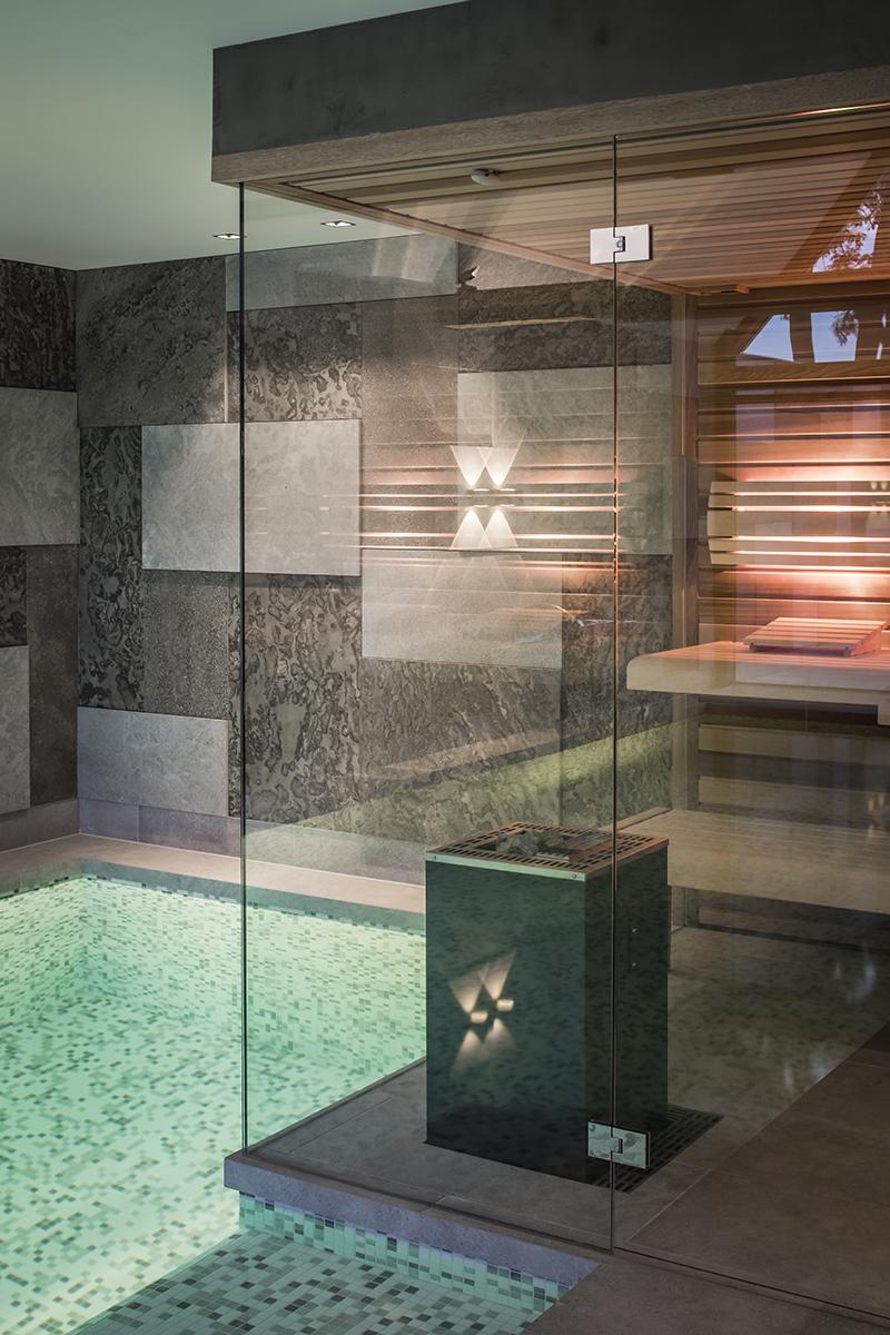 Binnenzwembad, Medie Interieurarchitectuur, Medie Janssen, Wellness, Home Spa, Home Wellness, Thuis spa, Sauna, Regendouche, Mozaïek, Natuursteen, Raampartijen, Grote Ramen, Design meubels, Infrarood sauna