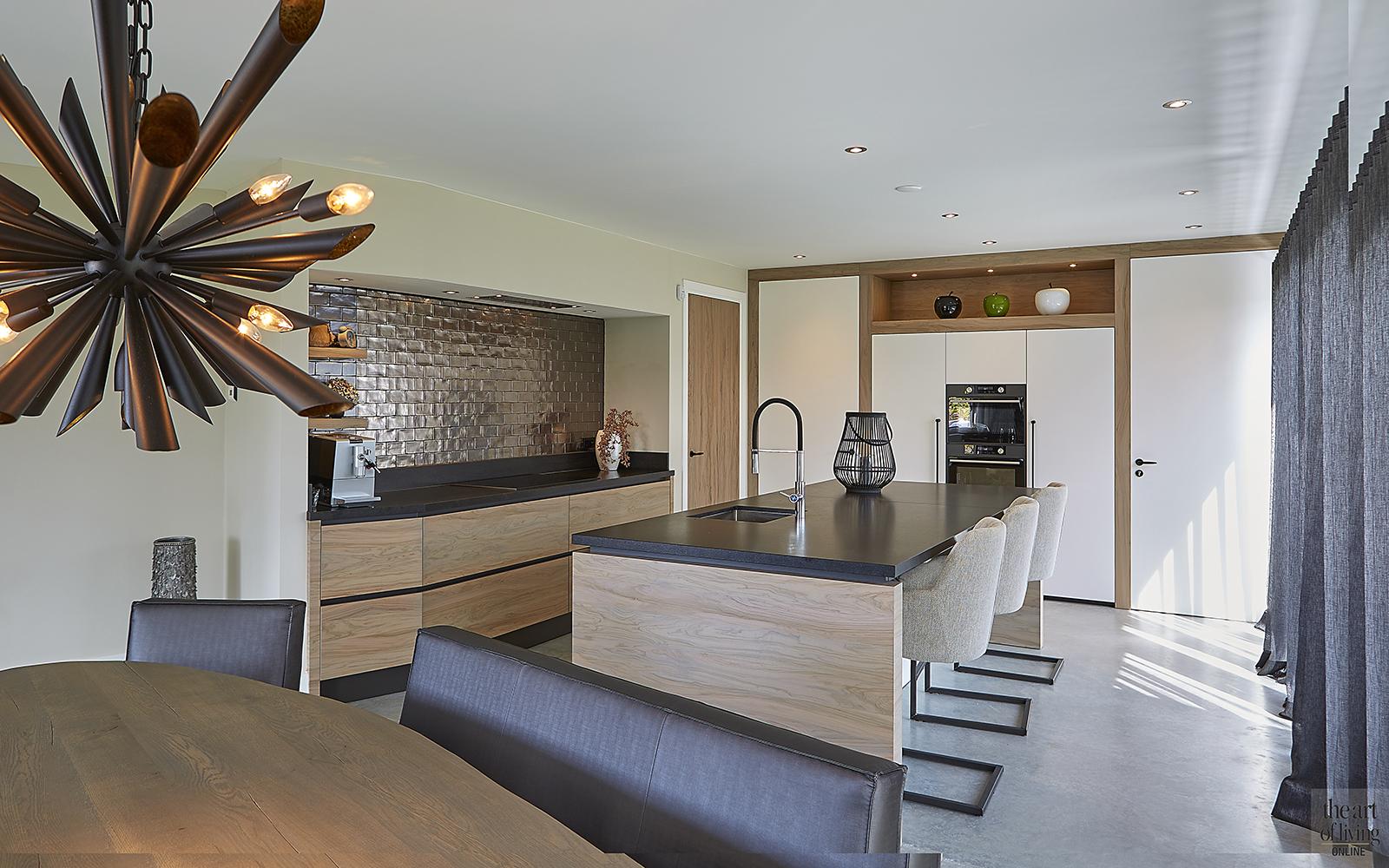 moderne villa, wns architecten, tuin aan waterkant, strakke keuken, moderne keuken, stalen deuren, sfeervolle eethoek