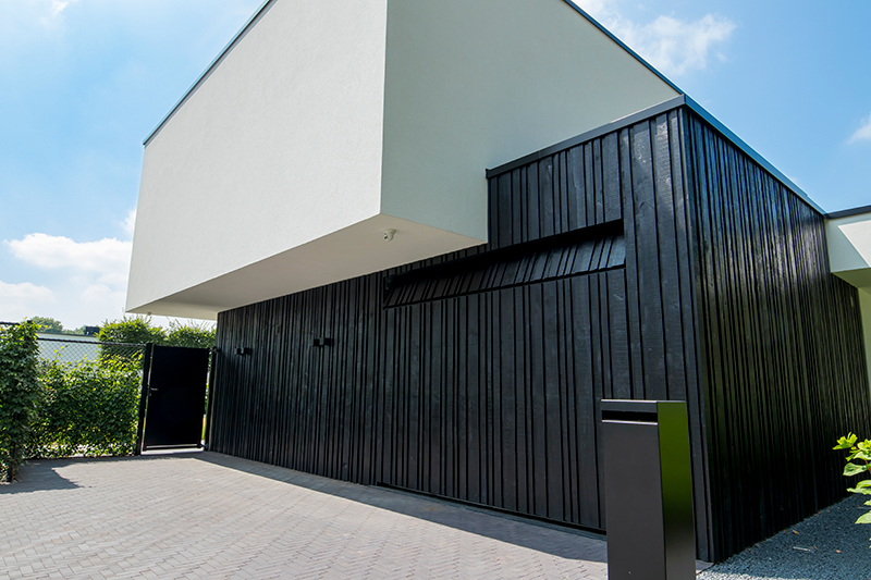 Zwarte houten garagedeur, Different Doors, minimalisme, modern, zwart
