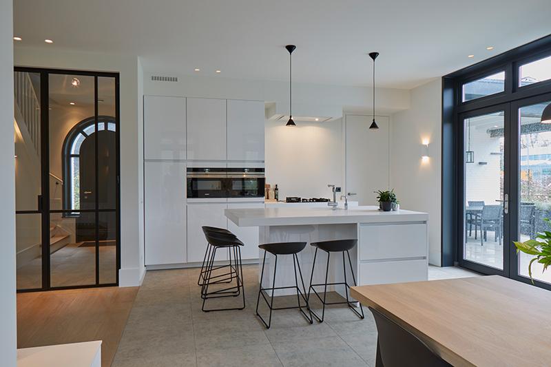 Tijdloze villa met klassieke details, AA+ Ontwerpbureau, keuken, modern, wit