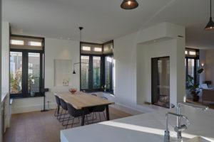 Tijdloze villa met klassieke details, AA+ Ontwerpbureau, eetkamer, tafel, stoelen, openhaard
