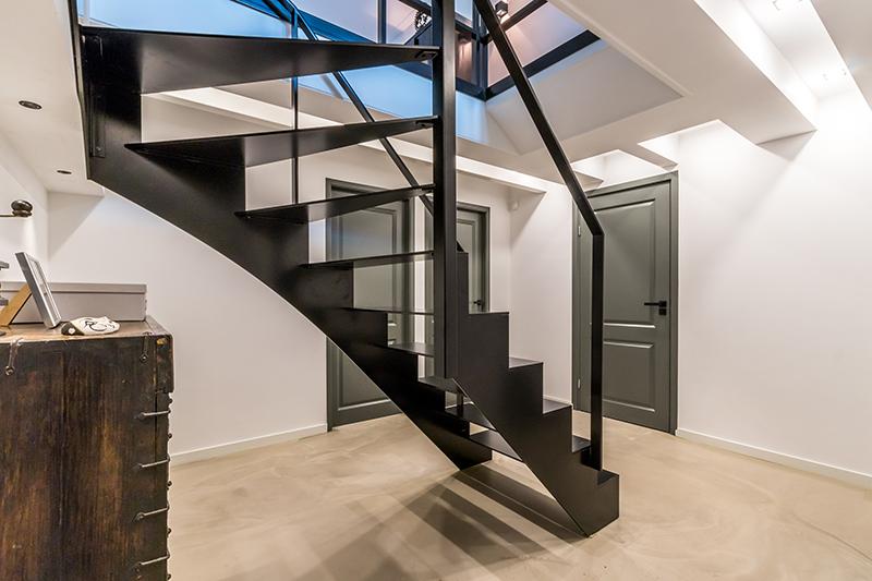 Stalen trap in modern jasje, Van Bruchem Staircases, industriële stijl, stalen trap, centrale positie, Amsterdam