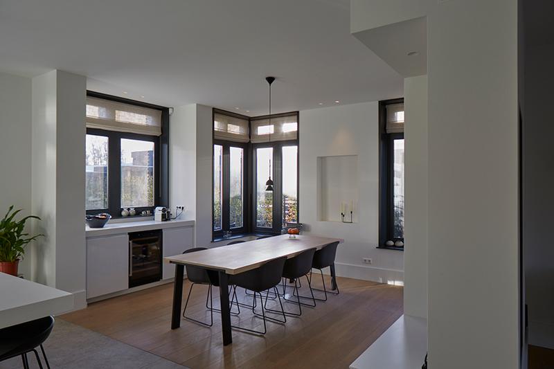 Tijdloze villa met klassieke details, AA+ Ontwerpbureau, eetkamer, stoelen, tafel, openhaard