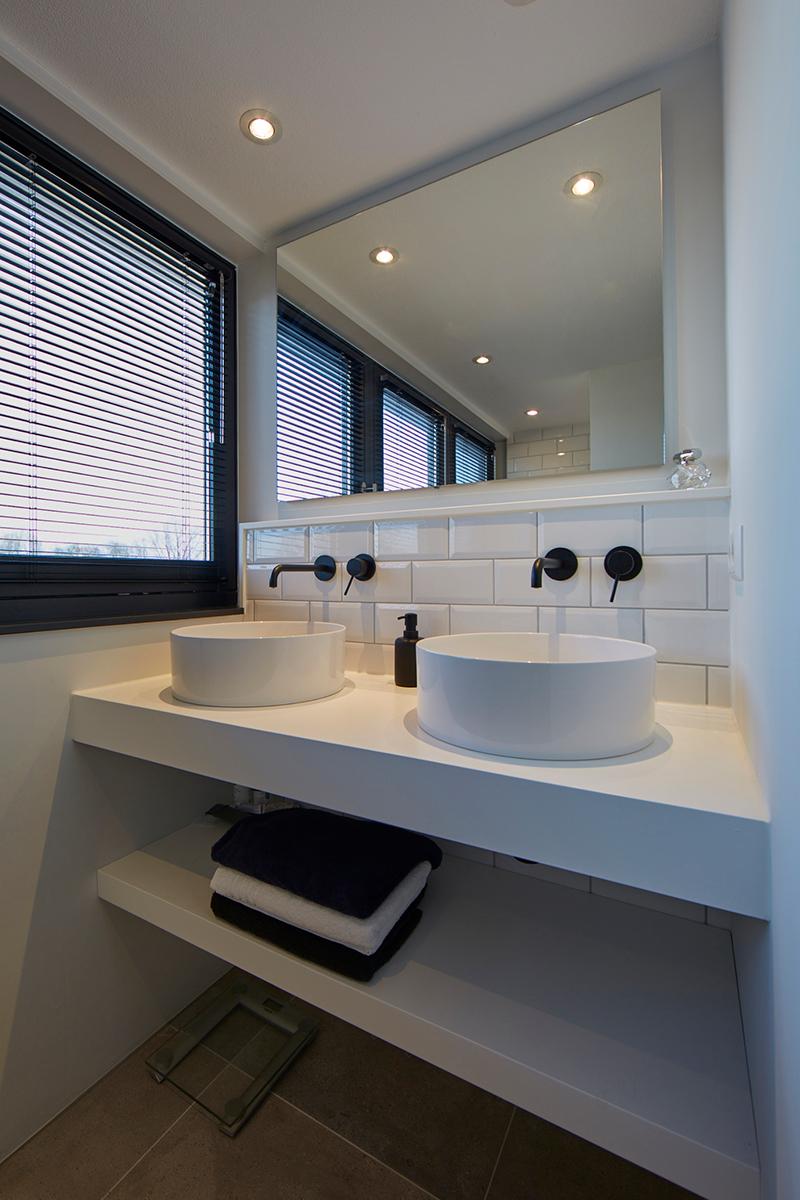 Tijdloze villa met klassieke details, AA+ Ontwerpbureau, badkamer, wastafels, lavabo's,zwarte details