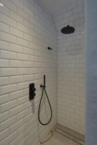 Tijdloze villa met klassieke details, AA+ Ontwerpbureau, badkamer, douche, wit, zwarte details