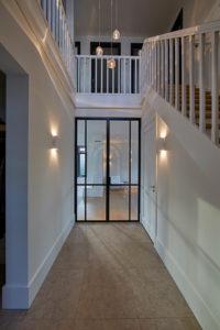Tijdloze villa met klassieke details, AA+ Ontwerpbureau, gang, hal, stalen deur, glas in staal