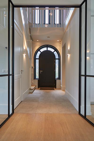 Tijdloze villa met klassieke details, AA+ Ontwerpbureau, voordeur, hal, gang