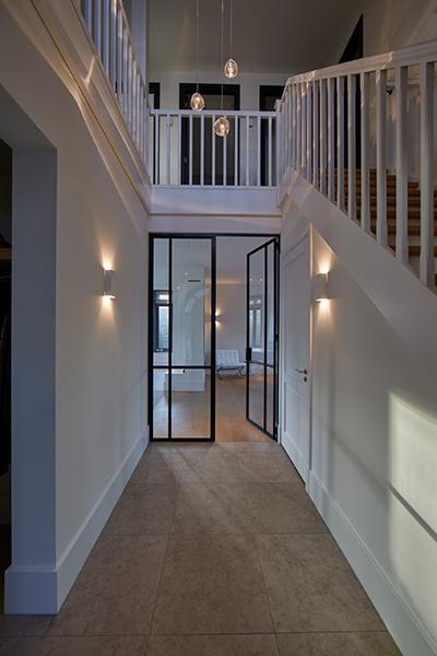 Tijdloze villa met klassieke details, AA+ Ontwerpbureau, stalen deur, stalen taatsdeur, hal, gang