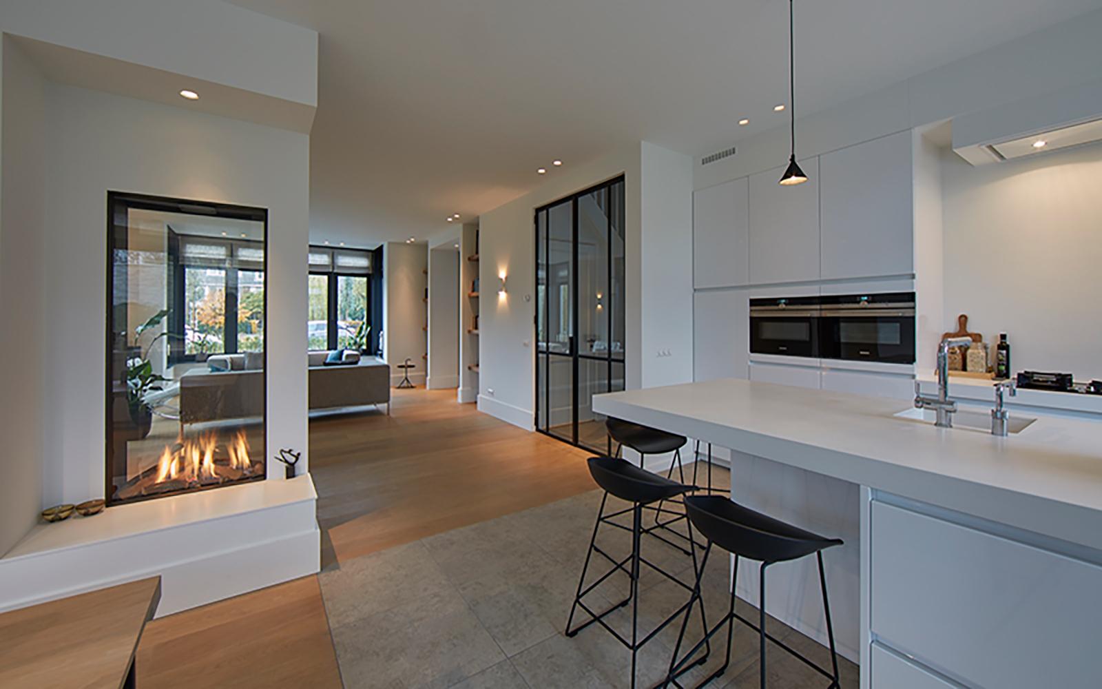 Tijdloze villa met klassieke details, AA+ Ontwerpbureau, open leefkeuken, keuken, doorkijk haard