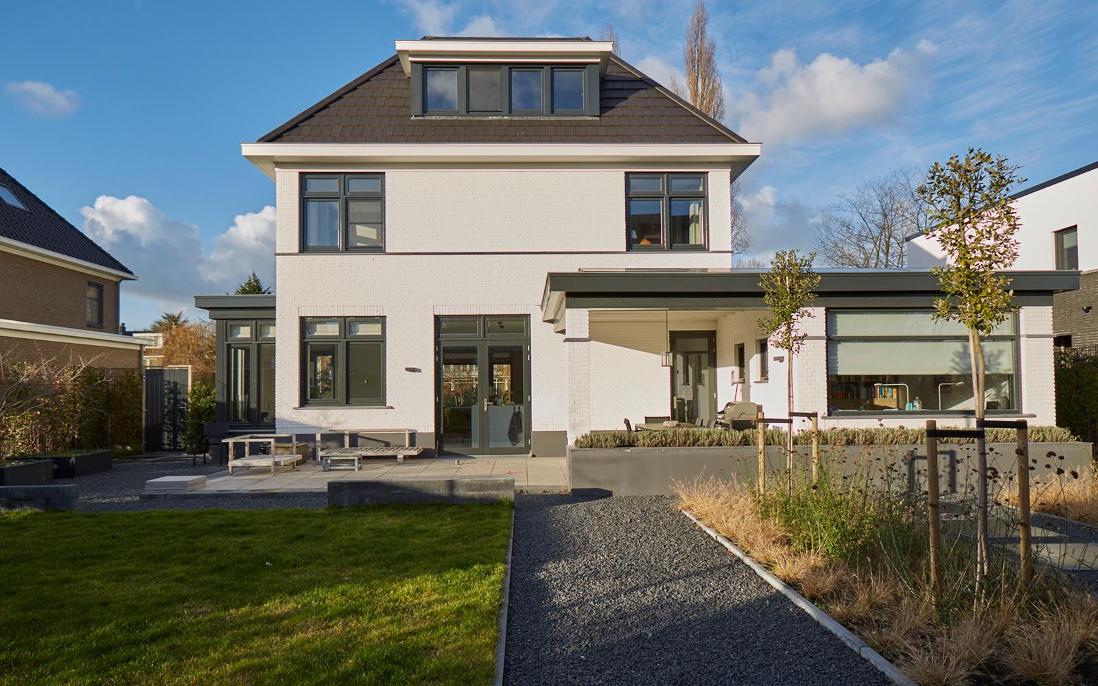 Tijdloze villa met klassieke details, AA+ Ontwerpbureau, achterkant woning, modern, wit, tuinaanleg