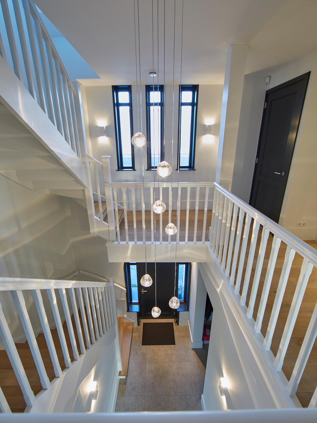 Tijdloze villa met klassieke details, AA+ Ontwerpbureau, design lamp, hal, gang,