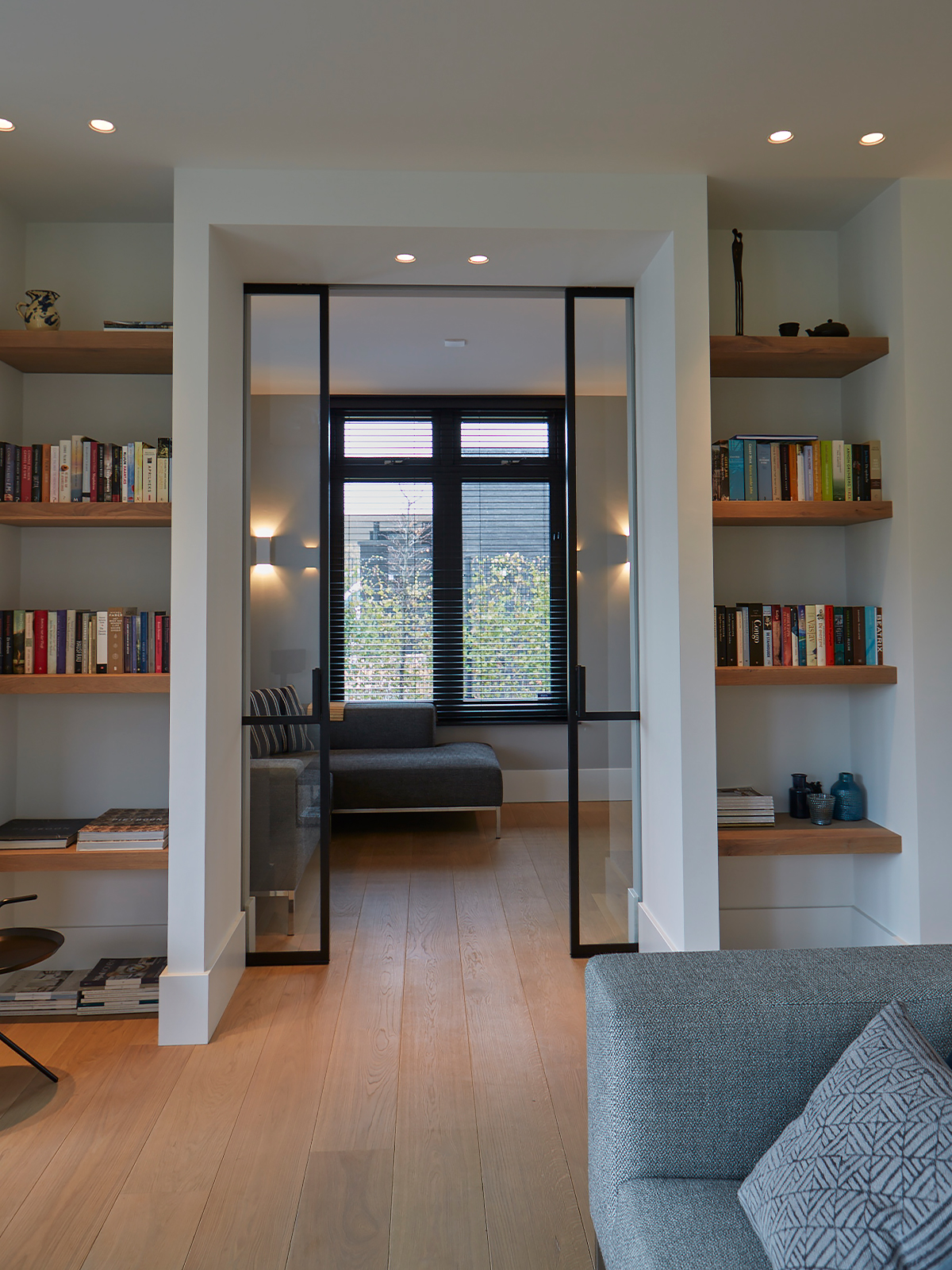 Tijdloze villa met klassieke details, AA+ Ontwerpbureau, stalen deur met glas, ingebouwde boekenrekken