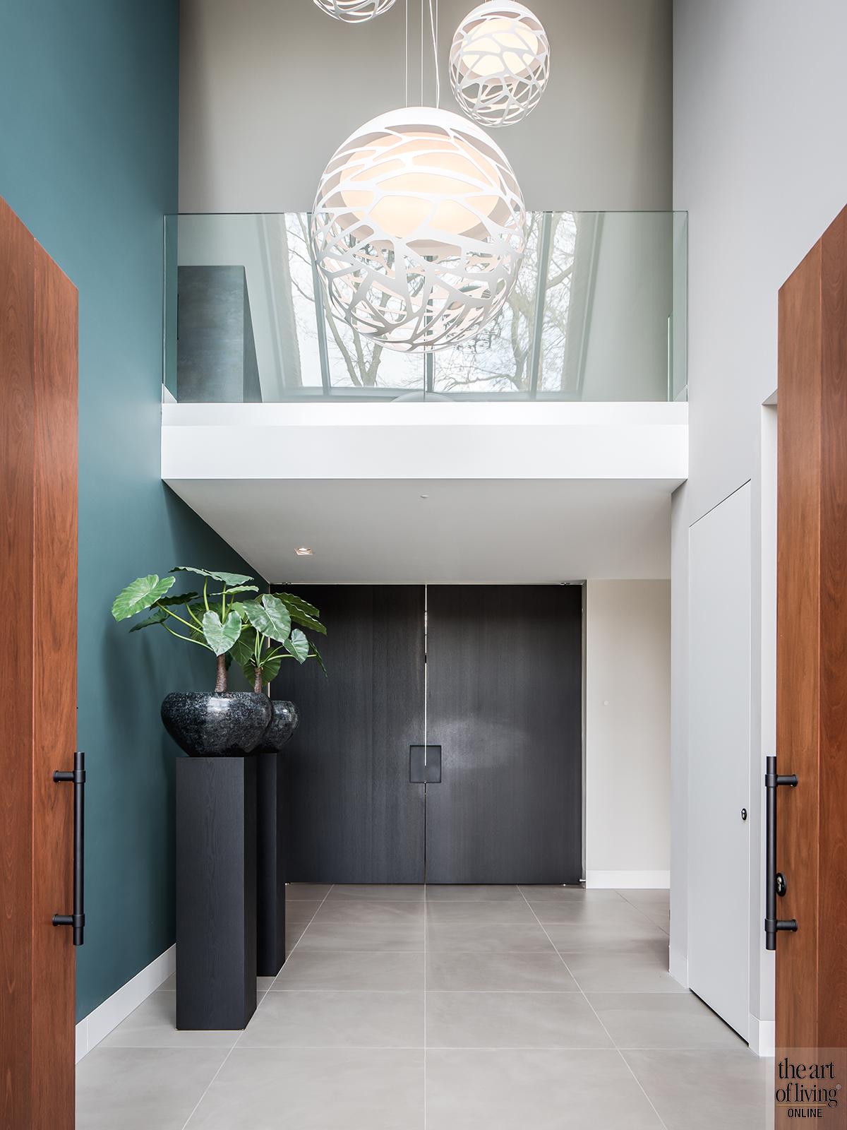 Natuurlijke materialen, Drijvers, Livingroom, Alphenberg, Velours bank, Lounge, Design interieur, Interieur, Leren wandbekleding, Inkom, Hal, Vide, Design lampen