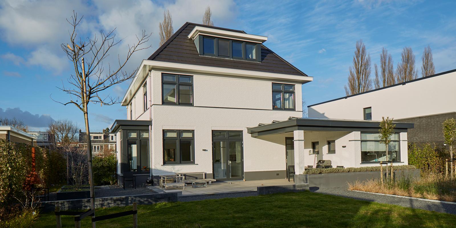 Tijdloze villa met klassieke details, AA+ Ontwerpbureau, achterkant woning, modern, wit