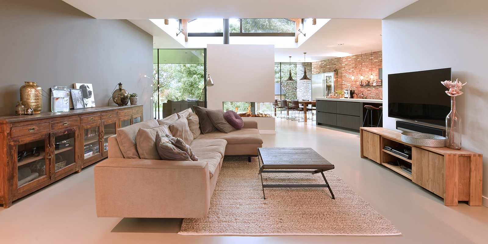 Betonlook gietvloer | DRT vloeren, betonvloer, betonlook, licht beton, veel lichtinval, villa