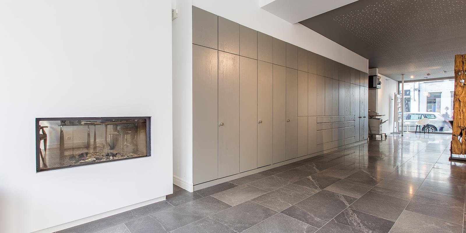 Moderne natuurstenenvloer, Van den Heuvel & Van Duuren, natuursteen, grijs, marmer, frisse look, kantoorpand Gent