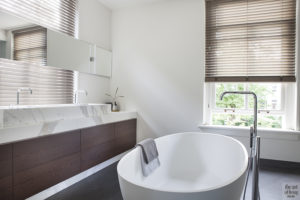 Natuurlijke kleuren, Remy Meijers, Badkamer, Vrijstaand bad, Stoomcabine, shutters, Raamdecoratie