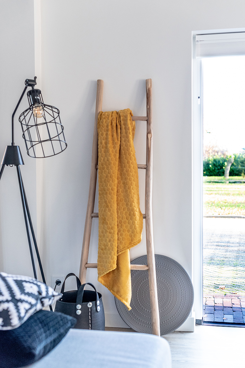 Grijze keuken, MarStyling, bijgebouw, van oud naar nieuw, moderne look, doorkijkhaard, geel tinten