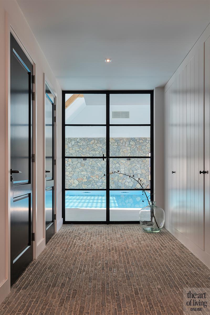 Witte villa, Flagstone Company, Zwembad, Villa met rieten dak