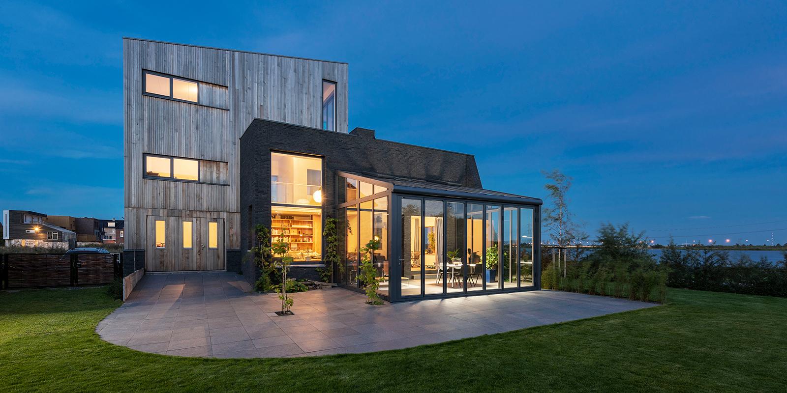 Glazen serre, Solarlux, veel lichtinval, grote raampartijen, serre, genieten, energiezuinige bouwstijl