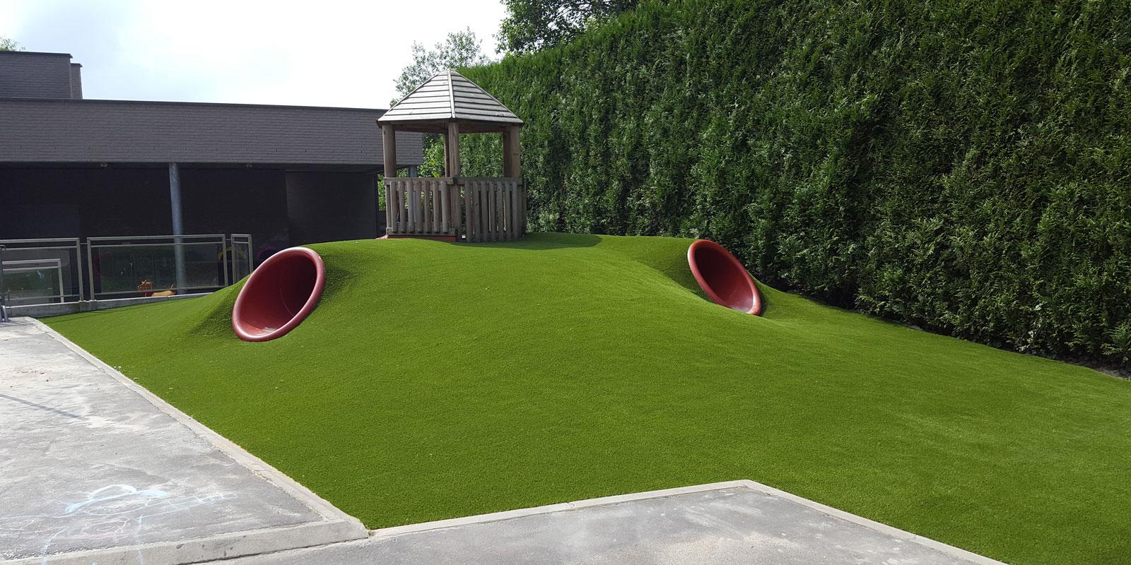 Tuin met kunstgras, Royal Grass, Speeltuin, kwaliteit, kunstgras op een heuvel
