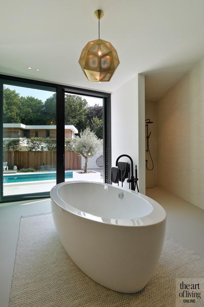 Ibiza stijl, Frans van Roy, Ibiza interieur, Villa met zwembad, Witte villa, Minimalistisch interieur, Interieur design, badkamer, vrijstaand bad