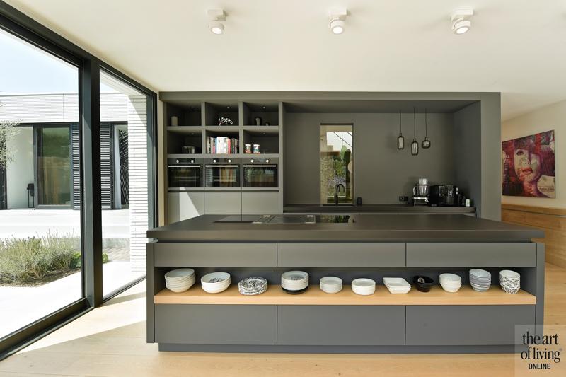 Ibiza stijl, Frans van Roy, Ibiza interieur, Villa met zwembad, Witte villa, Minimalistisch interieur, Interieur design, Keuken, Grijze keuken, kookeiland