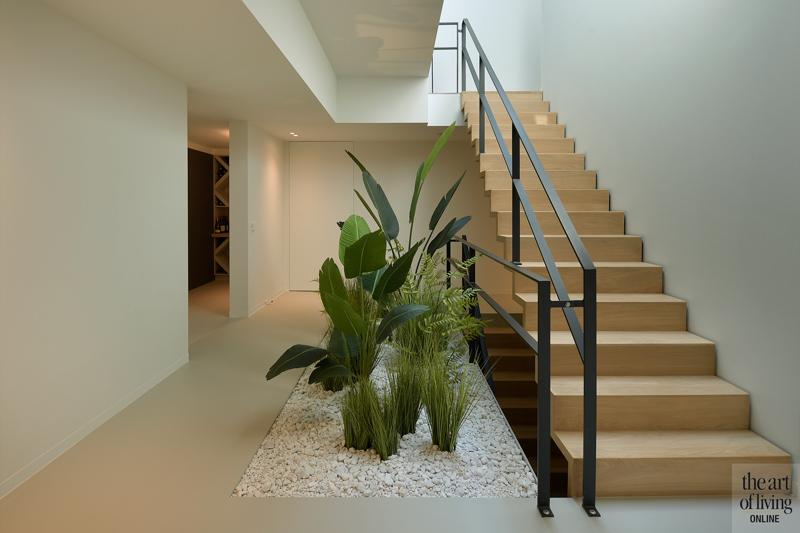 Ibiza stijl, Frans van Roy, Ibiza interieur, Villa met zwembad, Witte villa, Minimalistisch interieur, Interieur design, trap, planten in huis