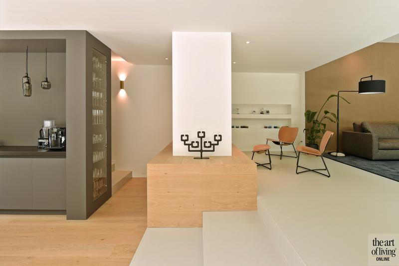 Ibiza stijl, Frans van Roy, Ibiza interieur, Villa met zwembad, Witte villa, Minimalistisch interieur, Interieur design, rotan meubels, rotan, zithoek, openhaard, haard