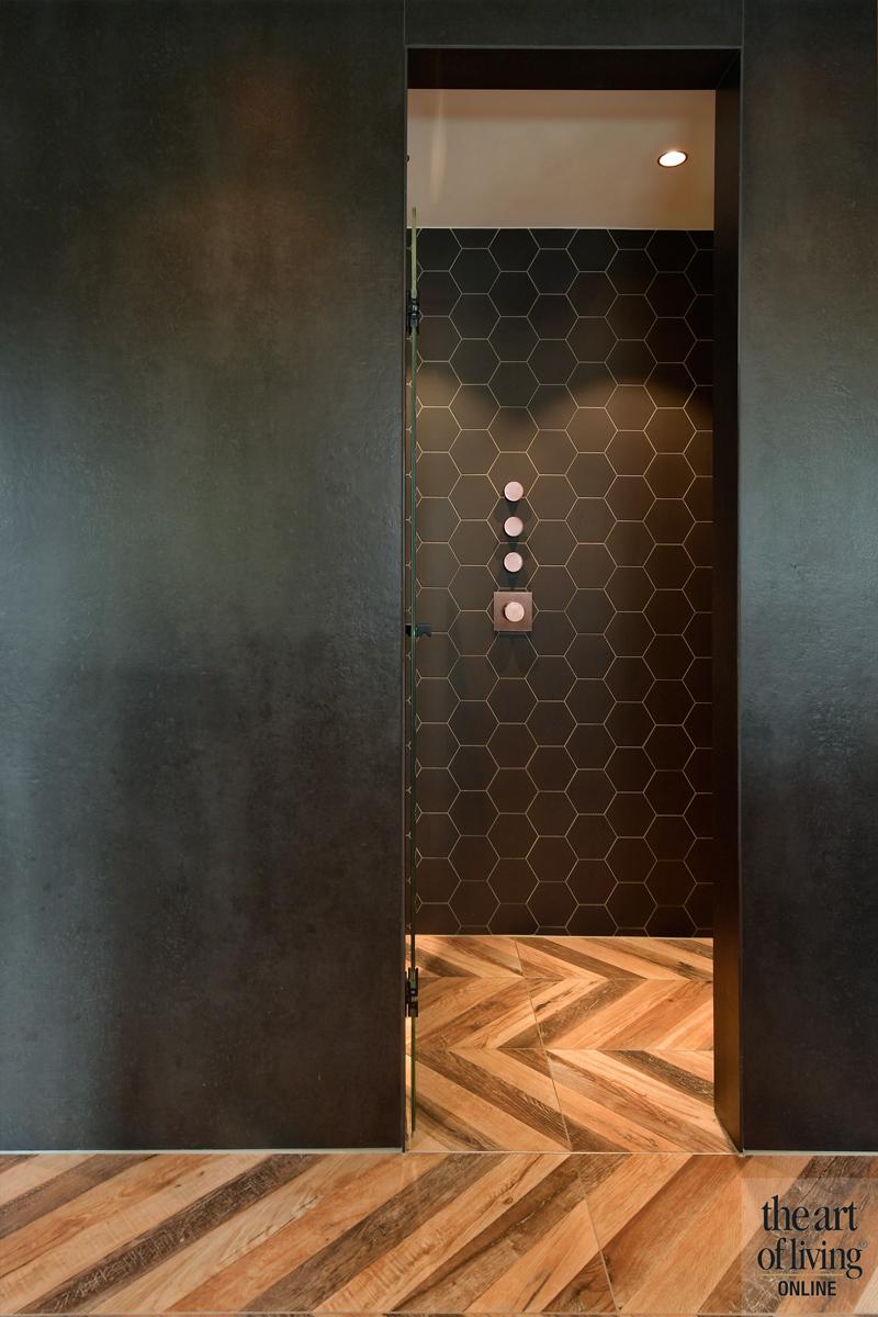 Penthouse, By Thimble, Badkamer, Badkamer design, Donker badkamer, Visgraatvloer, Stenen vloer, Inloopdouche