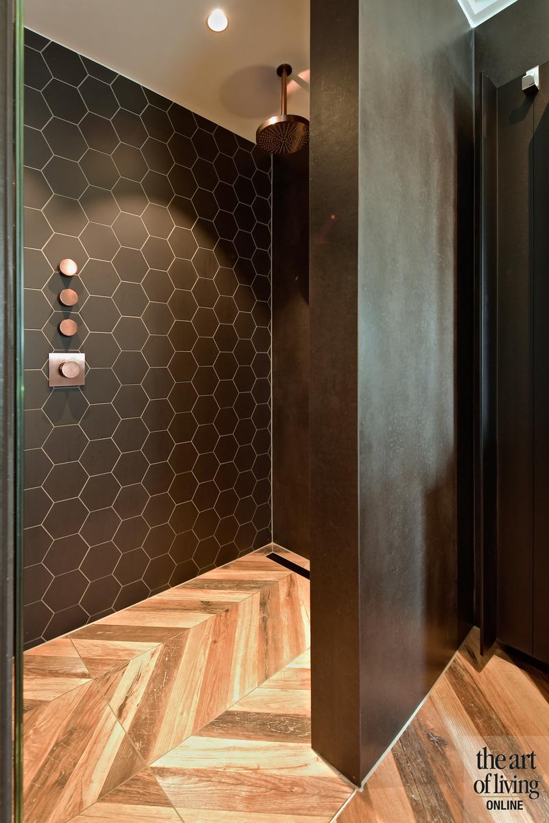 Penthouse, By Thimble, Badkamer, Badkamer design, Donker badkamer, Visgraatvloer, Stenen vloer, Inloopdouche, Wastafels, Chrome kranen