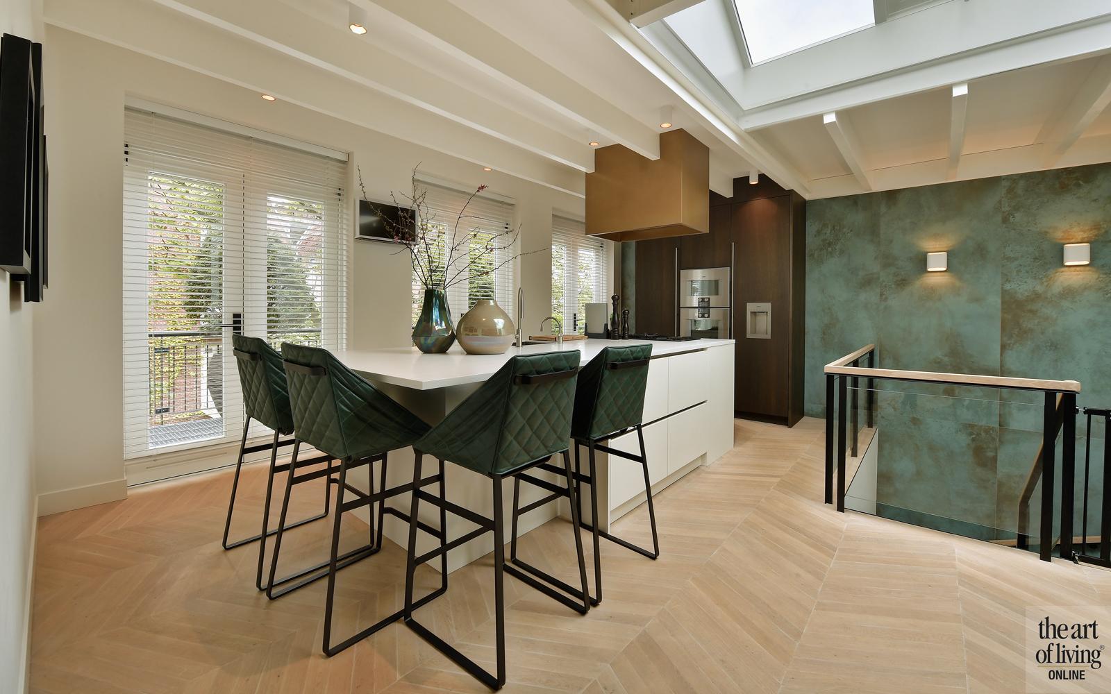 Penthouse, By Thimble, Keuken, Ontbijtbar, barkrukken, wandbekleding, Behang, houten vloer, open keuken