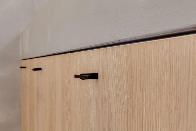 badkamer in betonlook, Dauby, deurbeslag, zwart, strak, badkamer, beton, exclusief
